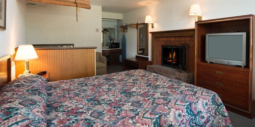An excellent Townsend TN hotel room with TV, fireplace, and whirlpool tub.